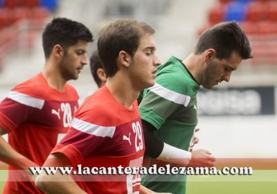 Asier Etxaburu (28), Markel Areitio (portero) e Iñigo Barrenetxea (28) durante el entrenamiento | Foto: Unai Zabaleta