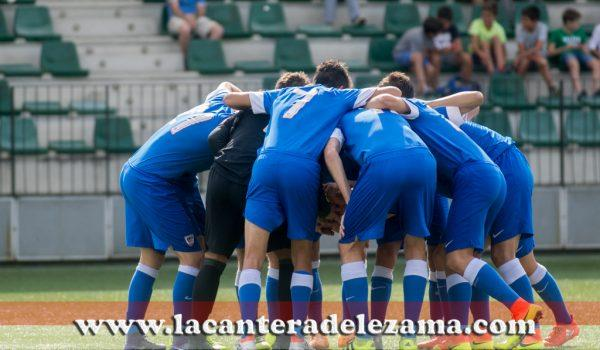 El equipo se arenga antes de empezar su primer partido de Liga en Gobela   Foto: Unai Zabaleta