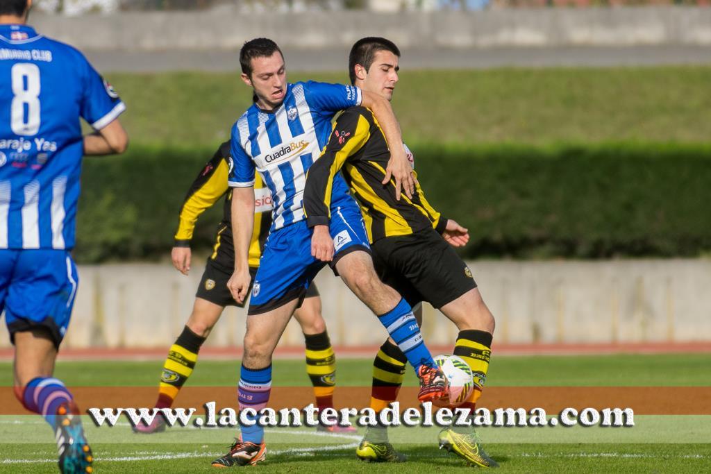 Iker Bilbao pelea por un balón ante un futbolista del Amurrio | Foto: Unai Zabaleta
