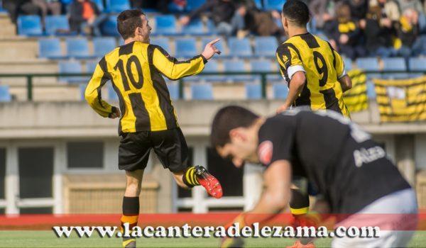 Iñigo Vicente celebra ante los lamentos del portero visitante | Foto: Unai Zabaleta