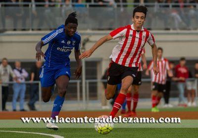 Loic pelea un balón con Asier Córdoba | Foto: Unai Zabaleta