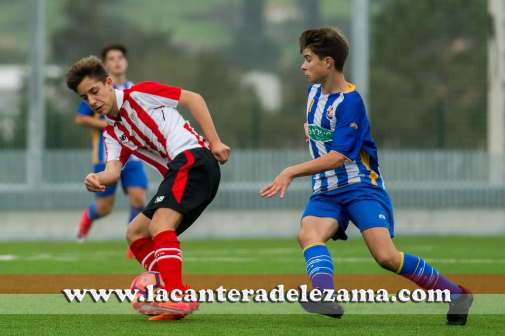 Koldo Ferrer protege un balón ante un jugador de la Cultu Durango | Foto: Unai Zabaleta