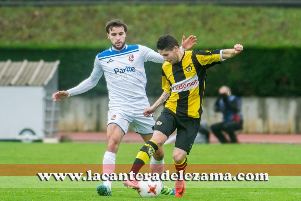 Iker Amorrortu debutante ante un jugador del Zamudio | Foto: Unai Zabaleta